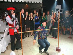 Музыкально-танцевальный конкурс, лимбо. Чем развлечь гостей на свадьбе. Сценарий праздника, свадьбы. Прикольный, веселый конкурс для компании. Игры на свадьбе.